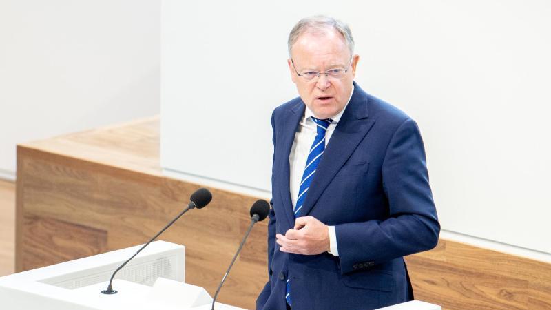 Stephan Weil (SPD), Ministerpräsident von Niedersachsen, spricht im Landtag. Foto: Hauke-Christian Dittrich/dpa/Archivbild