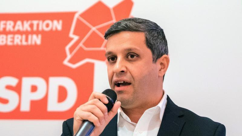 Raed Saleh (SPD) spricht bei einem Termin. Foto: Daniel Bockwoldt/dpa/Archivbild