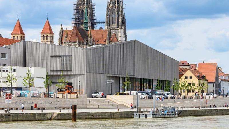 Das Museum des Hauses der Bayerischen Geschichte an der Donau, im Hintergrund der Dom St. Peter. Foto: Armin Weigel/dpa/Archivbild