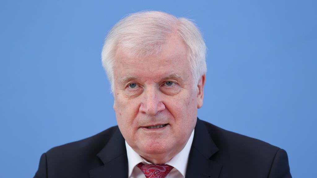 ARCHIV - 27.05.2020, Berlin: Bundesinnenminister Horst Seehofer (CSU) spricht auf einer Pressekonferenz zur Vorstellung der polizeilichen Kriminalstatistik und der Fallzahlen für politisch motivierte Kriminalität 2019. Seehofer fordert von mehr EU-St
