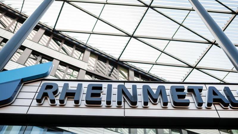 Das Logo von Rheinmetall steht auf dem Gebäude der Zentrale des Unternehmens. Foto: Fabian Strauch/dpa/Archivbild