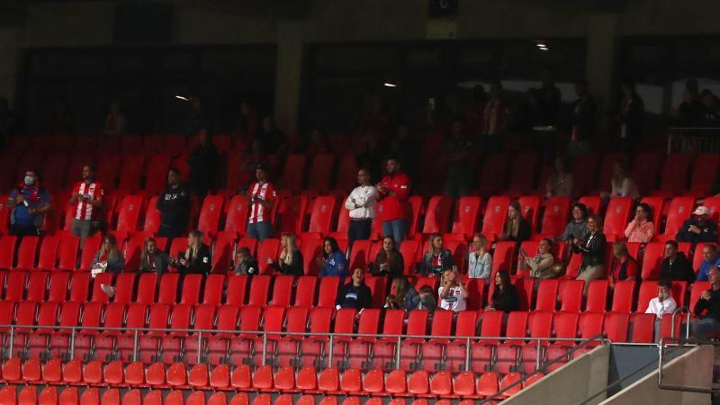 Die unerlaubte Gruppe an Zuschauern auf der Tribüne der Voith-Arena. Foto: Tom Weller/dpa