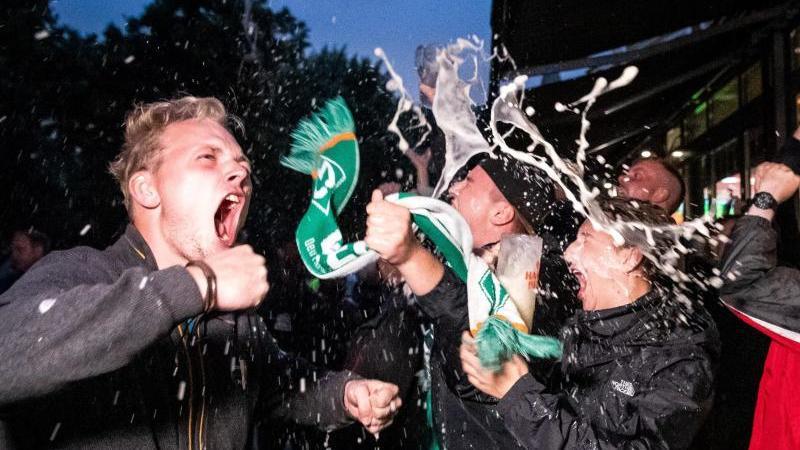 Werder-Fans jubeln nach dem Spiel gegen Heidenheim. Foto: Sina Schuldt/dpa