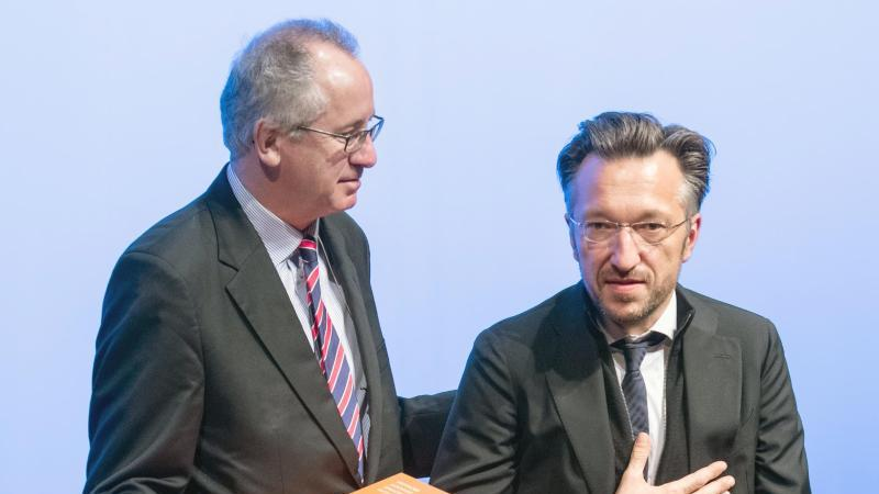 Der Schweizer Autor Lukas Bärfuss (r) wird im November 2019 von dem Literaturkritiker Ernst Osterkamp mit dem Georg-Büchner-Preis ausgezeichnet. Foto: Boris Roessler/dpa