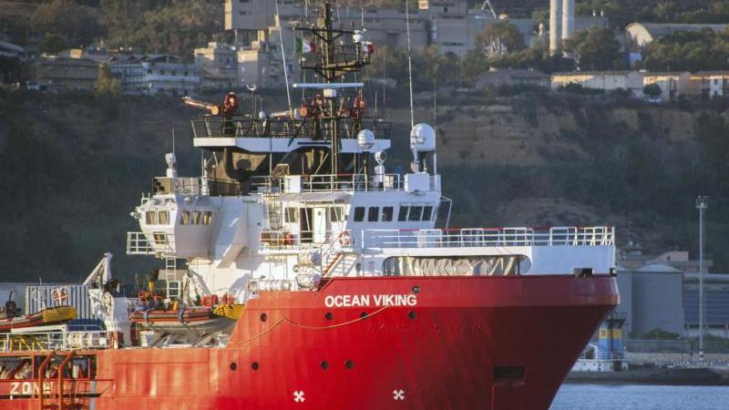 """Das Rettungsschiff """"Ocean Viking"""" liegt im Hafen von Porto Empedocle auf Sizilien vor Anker. Das Rettungsschiff der humanitären Gruppe SOS Mediterranee mit 180 Migranten, die tagelang an Bord gestrandet waren, hat endlich einen italienischen Hafen erreich"""