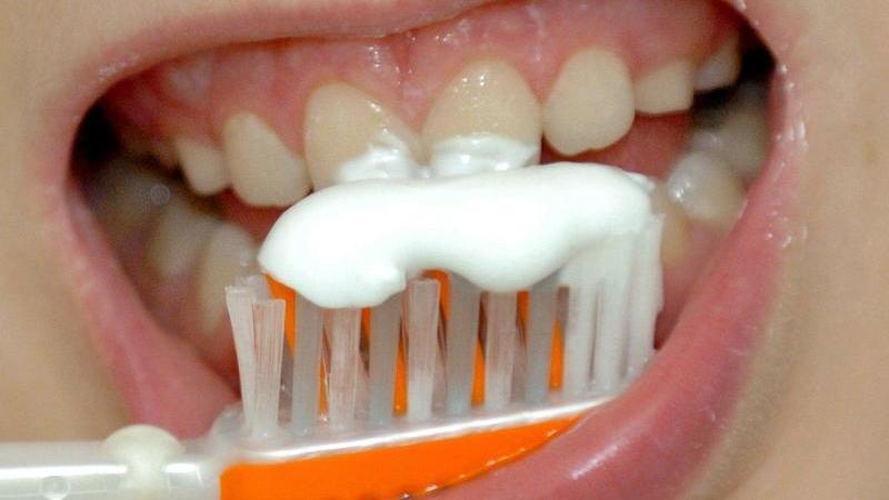 EinJunge putzt sich die Zähne. Foto: Achim Scheidemann/dpa/Symbolbild