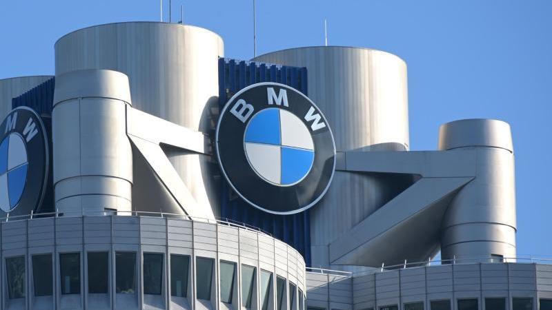 Das BMW-Logo auf demGebäude der Firmenzentrale von BMW zu sehen. Foto: Tobias Hase/dpa/Symbolbild