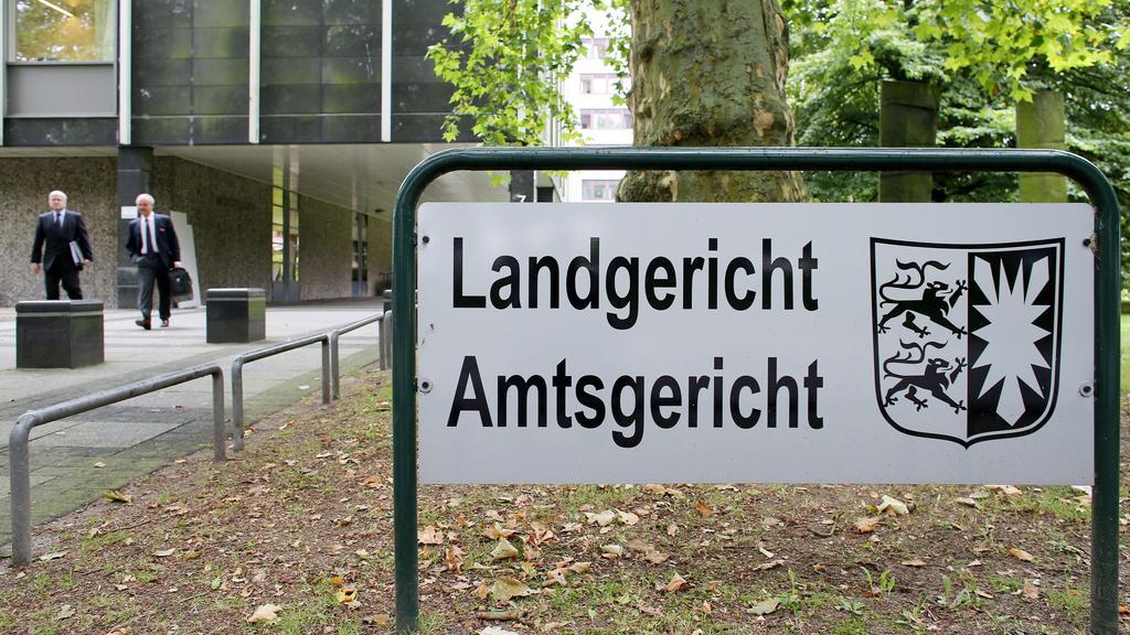 ARCHIV - Der Eingang von Landgericht und Amtsgericht Lübeck, aufgenommen am 24.08.2012 in Lübeck. Zum Auftakt des Prozesses um einen tödlichen Fehler bei einer Lungenoperation hat der angeklagte Chirurg am 01.10.2012 die Vorwürfe der Staatsanwaltscha