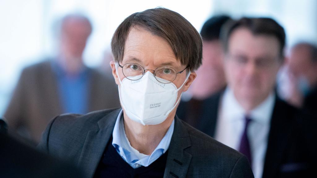 ARCHIV - 14.05.2020, Berlin: Karl Lauterbach (SPD), steht für die Stimmabgabe bei einer namentlichen Abstimmung in einer Warteschlange bei der Sitzung des Bundestages. Lauterbach hat vor der großen «Unteilbar»-Demonstration vor einer massenhaften Ans