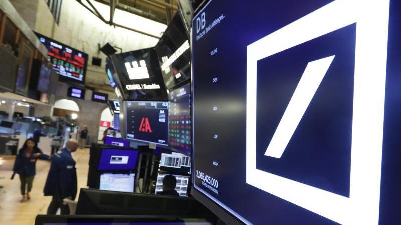 Das Logo der Deutschen Bank in der New York Stock Exchange. Foto: Richard Drew/AP/dpa