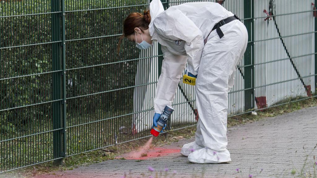 07.07.2020, Rheinland-Pfalz, Mainz: Eine Beamtin der Spurensicherung markiert Spuren den Tatort im Stadtteil Gonsenheim, wo ein Mann von der Polizei erschossen wurde. Dieser habe sich zuvor in einer Wohnung verschanzt. Dann habe er sie verlassen und
