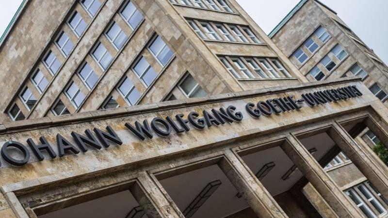 "Der Schriftzug ""Johann Wolfgang Goethe-Universität"" ist vor dem Hauptgebäude zu lesen. Foto: Frank Rumpenhorst/dpa/Symbolbild"