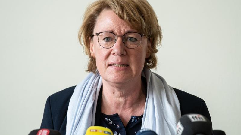 Agrarministerin Barbara Otte-Kinast (CDU) spricht bei einer Pressekonferenz. Foto: Peter Steffen/dpa/Archivbild