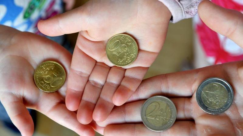 Wenn Kinder Taschengeld bekommen, können sie lernen, wie viel sie sich für ihr Geld kaufen können. Foto: Patrick Seeger/dpa/dpa-tmn