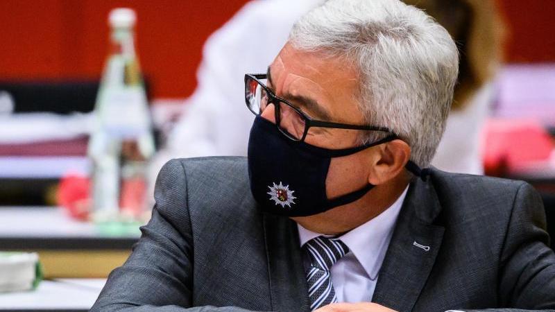 Roger Lewentz (SPD), Innenminister von Rheinland-Pfalz, sitzt mit Maske auf der Sitzung. Foto: Andreas Arnold/dpa/Archivbild