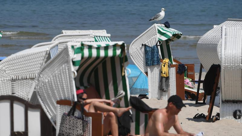 Badegäste haben sich am Ostseestrand in den Strandkörben. Foto: Stefan Sauer/dpa/Archiv
