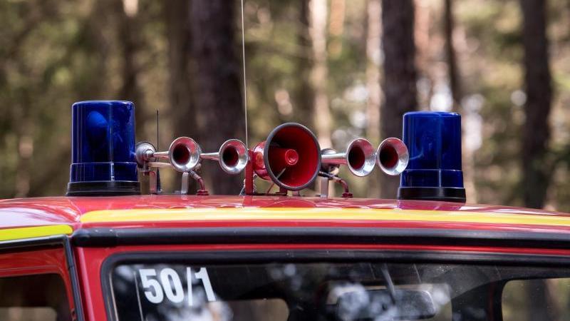 Ein Feuerwehrauto mit Martinshorn auf dem Dach. Foto: Sven Hoppe/dpa/Symbolbild