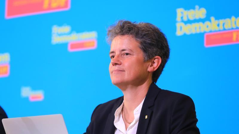 Lydia Hüskens, FDP Vize-Landeschefin, sitzt beim Landesparteitag der FDP Sachsen-Anhalt auf dem Podium. Foto: Peter Gercke/dpa-Zentralbild/dpa/Archiv