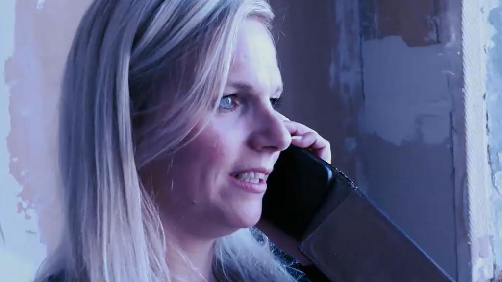 Kathrin Schröder am Telefon