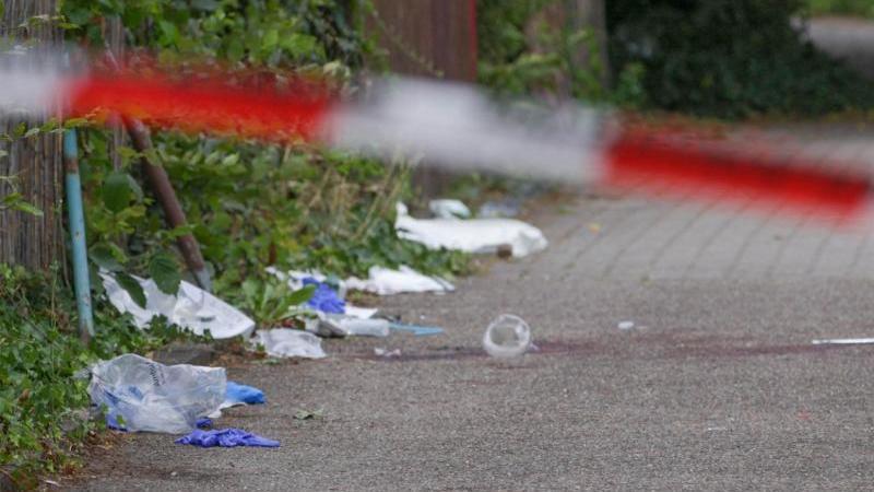 Der Tatort hinter einem Absperrband der Polizei. Foto: Aaron Klewer/Einsatz-Report24/dpa