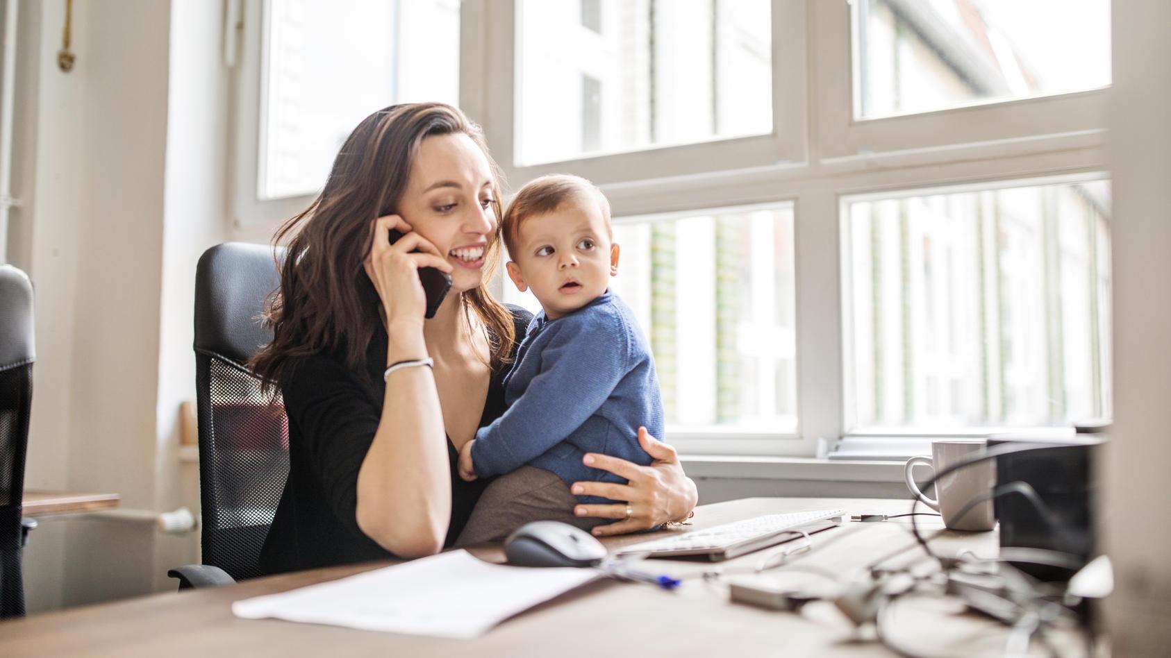 Viele berufstätige junge Mütter wollen möglichst schnell wieder an den Arbeitsplatz zurückkehren. Doch ist das Stillen am Arbeitsplatz möglich?