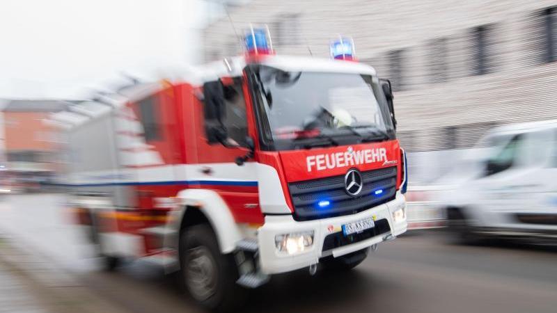 Ein Fahrzeug der Feuerwehr fährt durch die Innenstadt. Foto: Julian Stratenschulte/dpa/Symbolbild