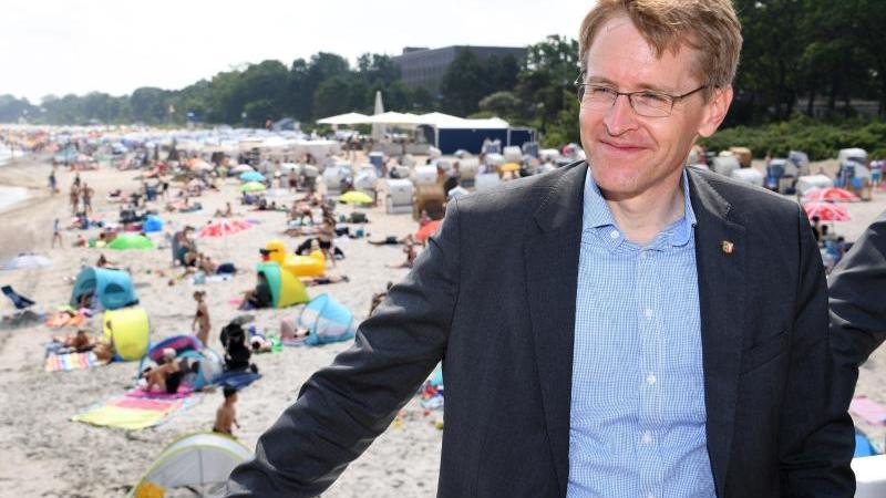 Ministerpräsidenten Daniel Günther (CDU) steht auf der Seebrücke vom Timmendorfer Strand. Foto: Carsten Rehder/dpa/Archivbild