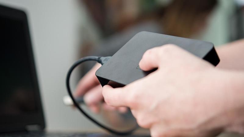 Klassiker: Eine externe Festplatte ist ideal zur Datensicherung. Foto: Henrik Josef Boerger/dpa-tmn
