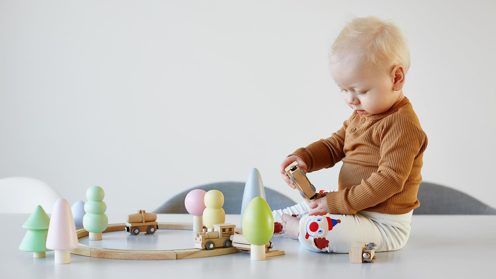 Nach knapp einem Lebensjahr kann das Baby schon einiges: Es lernt das Prinzip der Reihenfolge zu verstehen und entwickelt seine motorischen Fähigkeiten weiter.