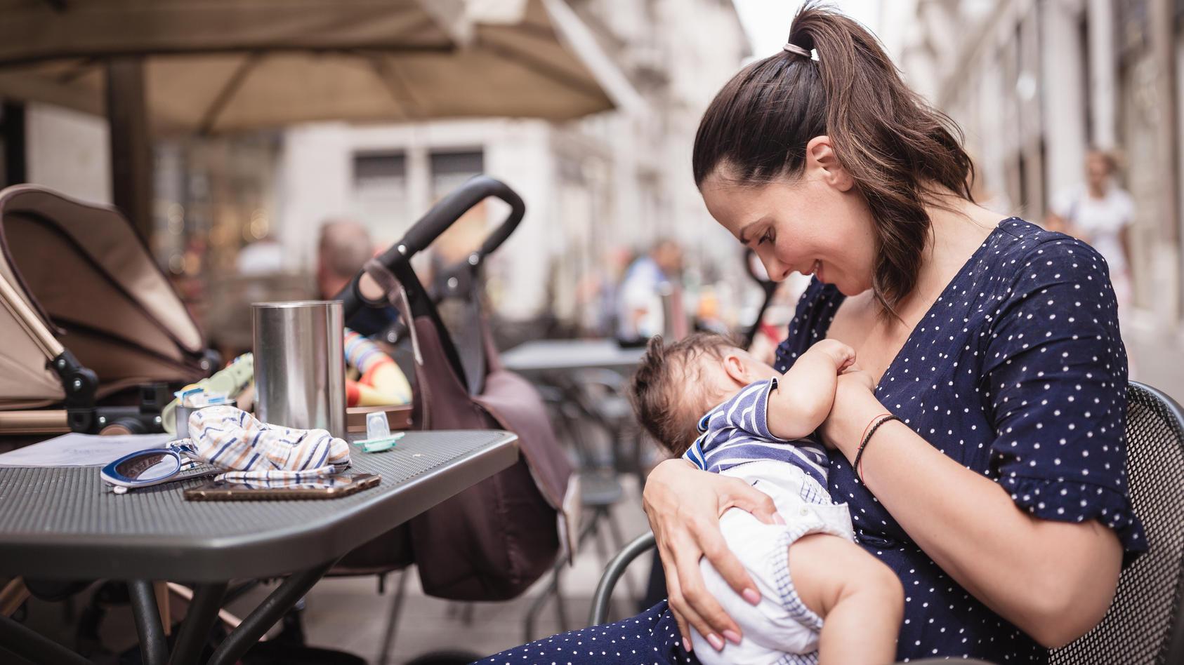 Kann ich mein Baby im italienischen Café problemlos stillen? Ernte ich missgünstige Blicke, wenn ich das Baby am Strand an die Brust lege? Beim Stillen auf Reisen gibt es einiges zu beachten.