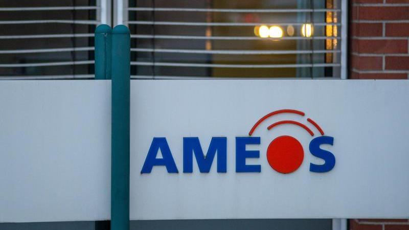 """""""Ameos"""" steht auf einem Schild vor dem Klinikgebäude. Foto: Klaus-Dietmar Gabbert/dpa-Zenralbild/dpa/Archivbild"""