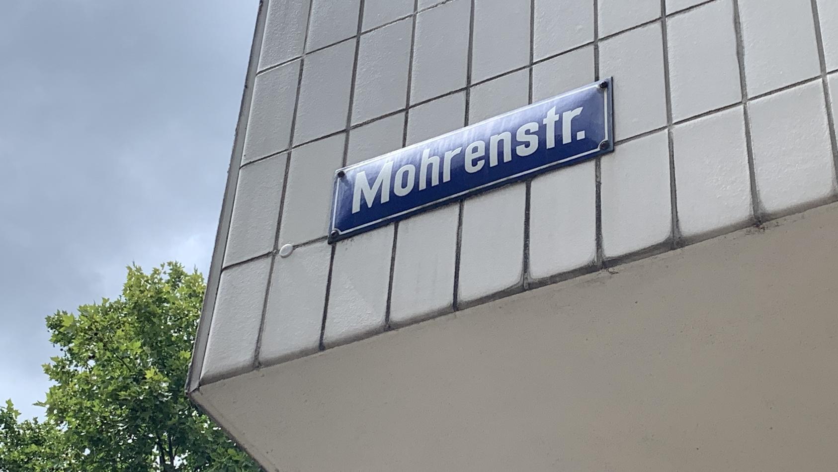 """Ist die """"Mohrenstraße"""" rassistisch? Weil die Berliner Verkehrsbetriebe (BVG) den Namen aus dem Fahrplan streichen, könnten andere Städte mit einer Umbenennung jetzt nachziehen."""
