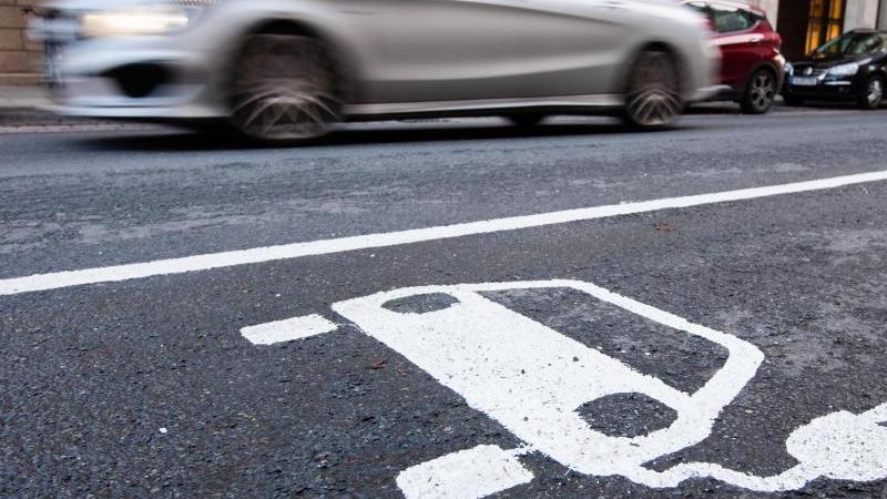 Es häufen sich bereits Beschwerden über Preise und Konditionen an den Ladesäulen für Elekroautos. Foto: Julian Stratenschulte/dpa