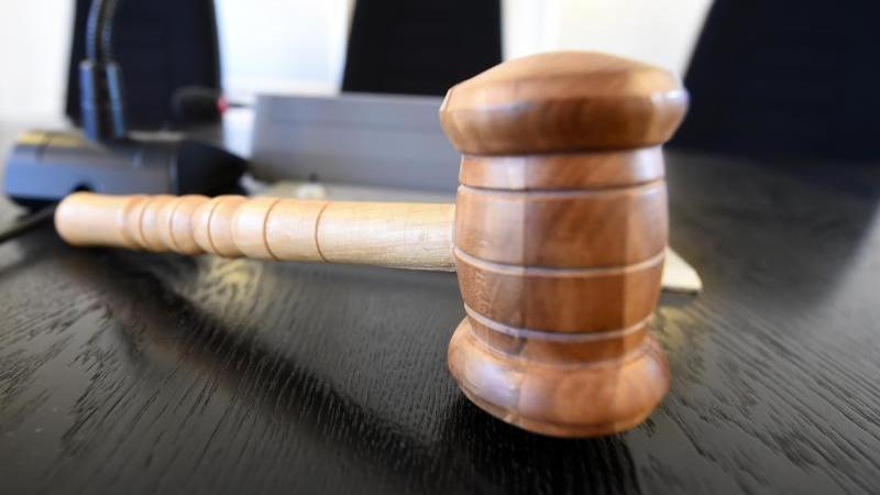 Auf einer Richterbank liegt ein Richterhammer. Foto: Uli Deck/dpa/Symbolbild