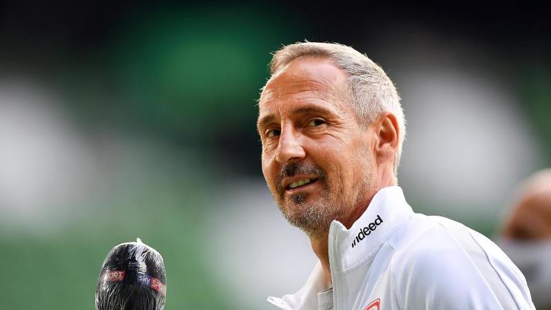 Frankfurts Trainer Adi Hütter gibt vor einem Spiel ein Interview. Foto: Stuart Franklin/Getty Images Europe/Pool/dpa/Archivbild