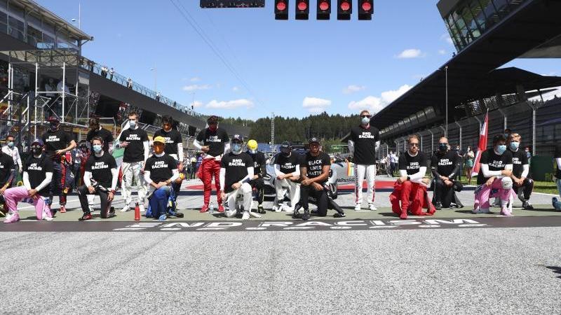 Vor dem ersten Rennen in Spielberg waren 14 der 20 Fahrer auf ein Knie gegangen. Gibt es am Sonntag erneut einen Kniefall?. Foto: Dan Istitene/pool Getty/AP/dpa