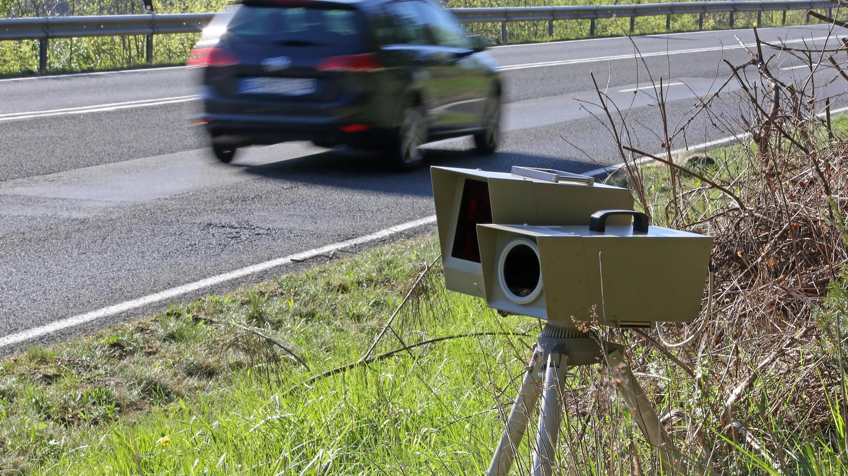 Symbolbild Thema Polizei, Geschwindigkeitsmessung, Mobile Geschwindigkeitsueberwachung, ES 8.0, ESO8.0, ein Auto faehrt