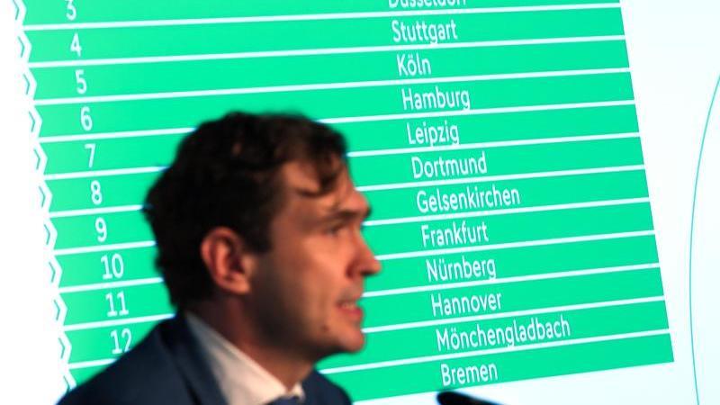 Friedrich Curtius, Generalsekretär des DFB, spricht bei einerPressekonferenz. Foto: Arne Dedert/dpa/Archivbild