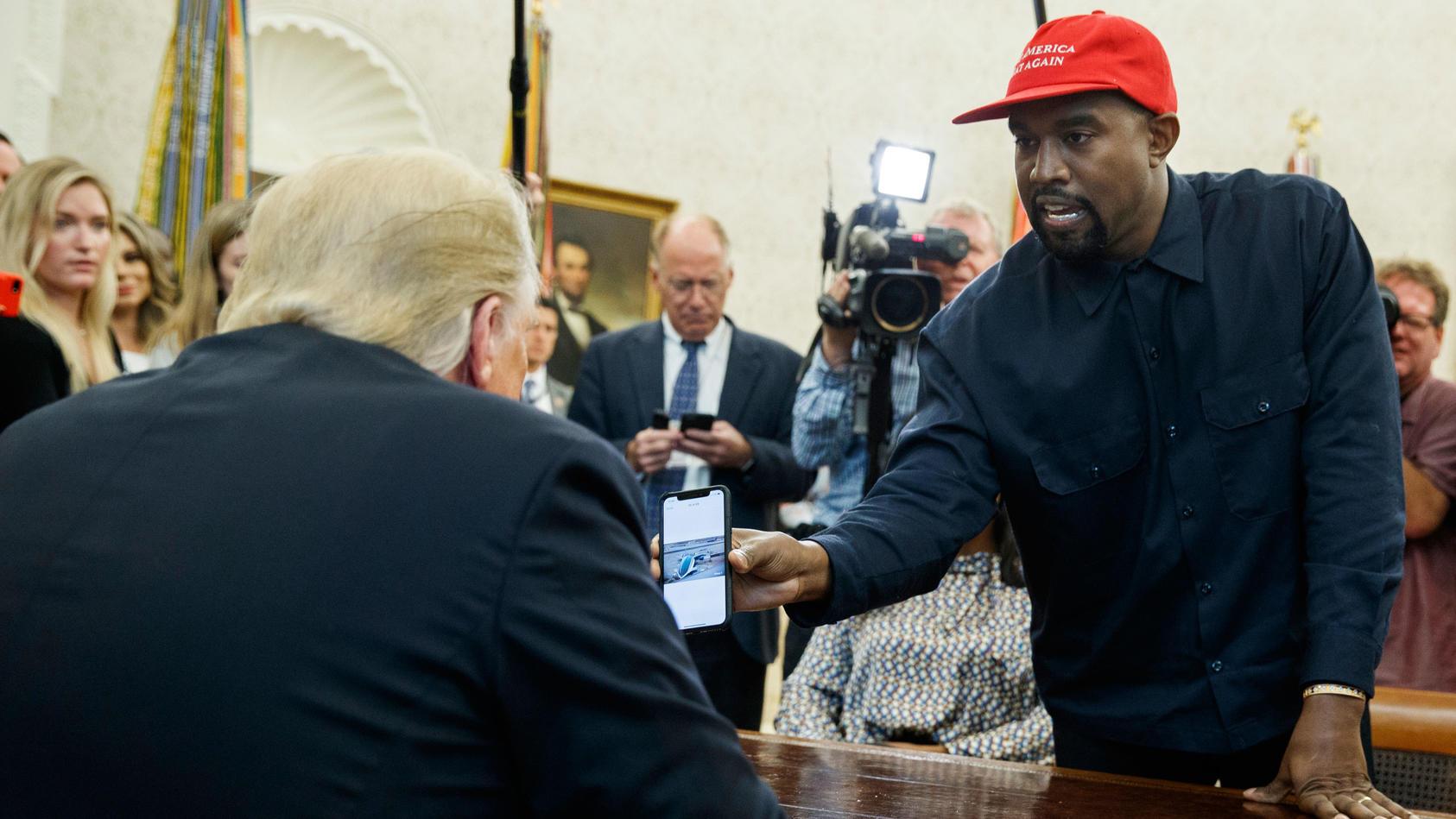 US-Präsident Donald Trump empfängt Rapper Kanye West 2018 im Weißen Haus.