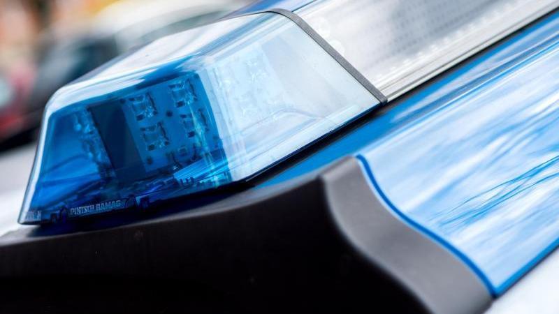 Das Blaulicht an einem Einsatzwagen der Polizei. Foto: Hauke-Christian Dittrich/dpa/Symbolbild