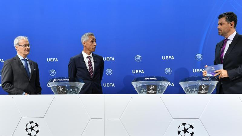 UEFA-Wettbewerbsdirektor Giorgio Marchetti, (l-r), Paulo Sousa und Pedro Pinto während der Auslosung. Foto: Harold Cunningham/UEFA via Getty Images/dpa