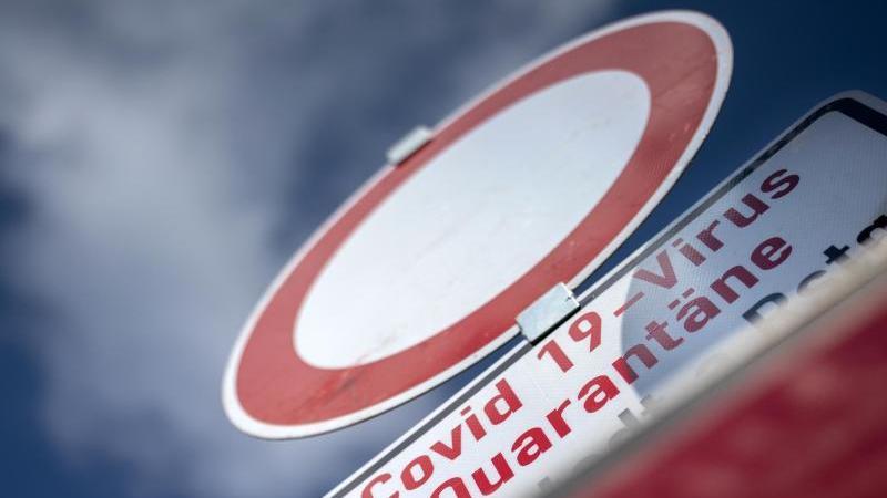 Ein Schild weist auf die Quarantäne eines Ortes hin. Foto: Michael Reichel/dpa-Zentralbild/dpa/Symbolbild