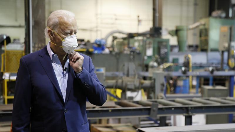 Biden stellte in einer Stahlfirma einen Wirtschaftsplan vor, der helfen soll, die Mittelklasse zu stärken und das Land aus der Corona-Krise zu führen. Foto: Matt Slocum/AP/dpa