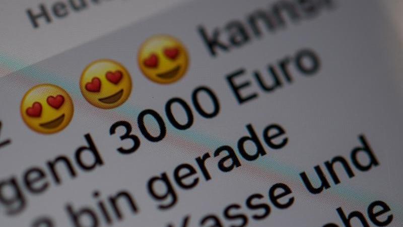 Herz-Emojis stehen in einer betrügerischen Nachricht. Foto: picture alliance / Sebastian Gollnow/dpa/Archiv/Illustration