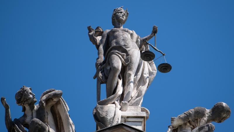 Eine Justitia Statue steht auf dem Justizpalast. Foto: Sven Hoppe/dpa/Archivbild