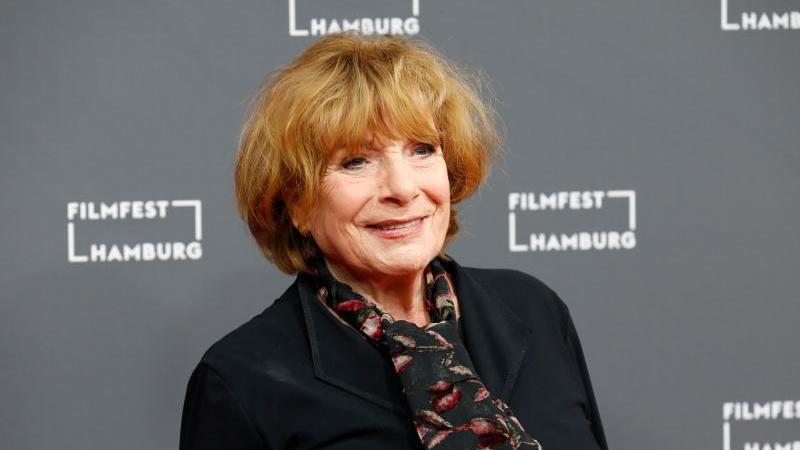 Schauspielerin Hannelore Hoger kommt zur Eröffnung des Filmfests Hamburg. Foto: Georg Wendt/dpa/Archivbild