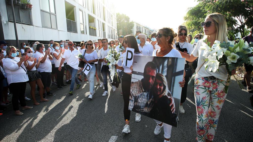08.07.2020, Frankreich, Bayonne: Veronique Monguillot, Ehefrau von Philippe Monguillot, einem Busfahrer, der am Sonntagabend in Bayonne angegriffen wurde, hält ein Foto von ihr mit ihrem Ehemann während eines Protestmarsches. Der Mann sei lebensgefäh