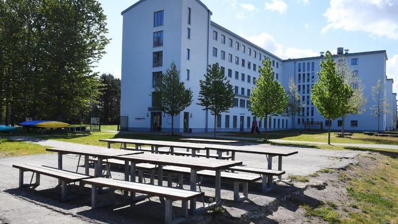 Blick auf den Hof einer Jugendherberge. Foto: Stefan Sauer/dpa/Archivbild