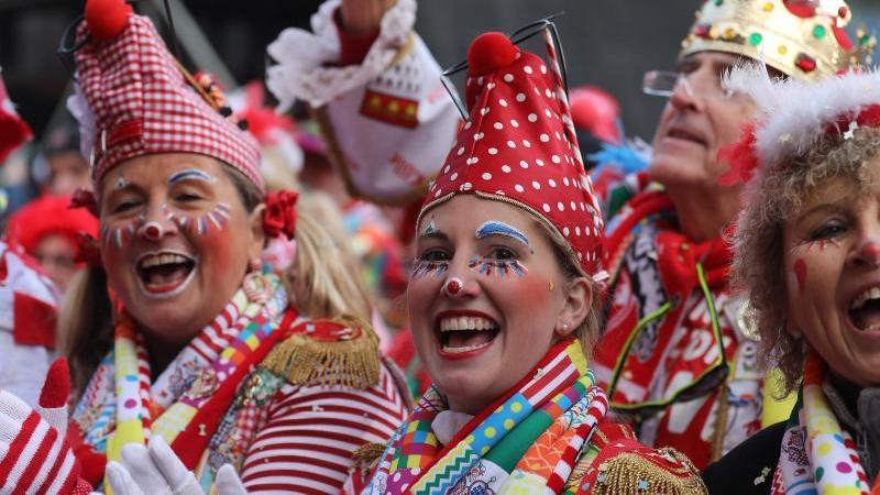 Karnevalisten feiern in der Stadt. Foto: Oliver Berg/dpa/Archivbild