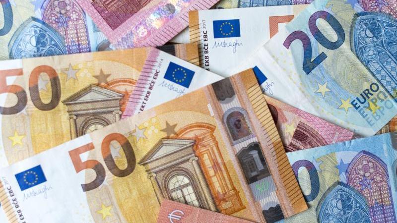 Banknoten zu 10, 20 und 50 Euro liegen auf einem Tisch. Foto: Monika Skolimowska/dpa-Zentralbild/dpa/Archivbild